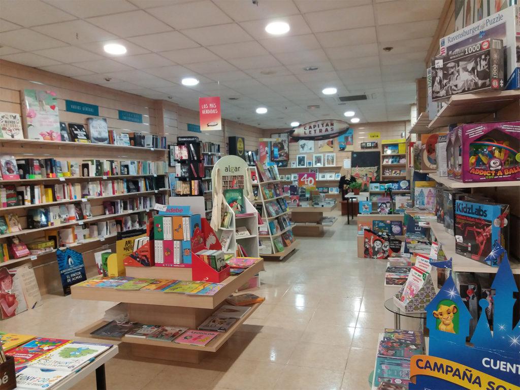 Parte de la sala de ventas. Librería Capitán Letras