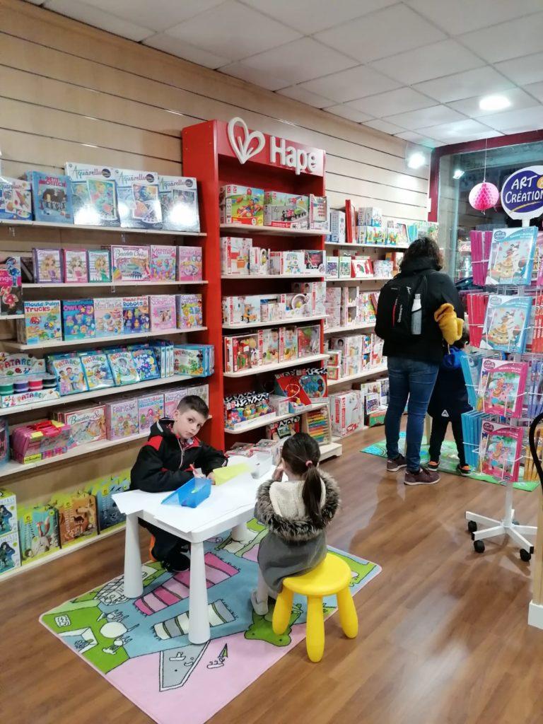 Niños en el área infantil. Librería Capitán Letras