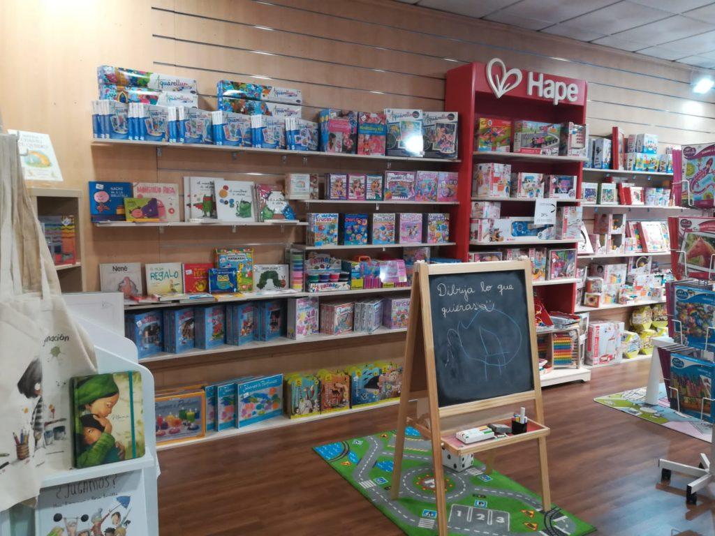 Área de juguetes y material didáctico. Librería Capitán Letras