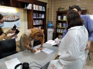 Margarita Rivas firmando ejemplares